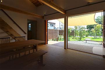 富士宮市、ウッドデッキと庭を楽しむ木の家